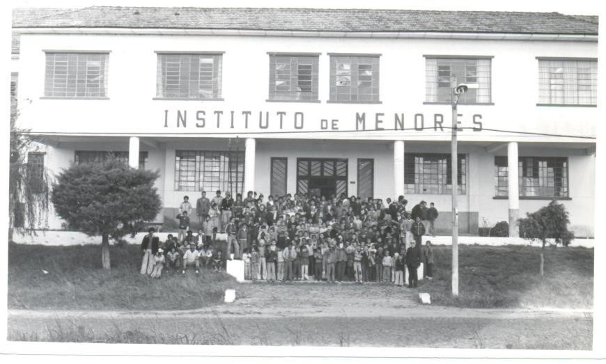 Fachada do Instituto de Menores Dom Antônio Zattera, com diversos alunos, oficineiros e voluntários